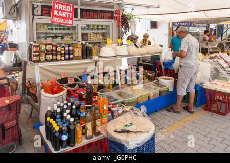 Shop Verkauf Oliven und anderen Bestimmungen auf einem Markt in Alanya, Türkei - Stockfoto