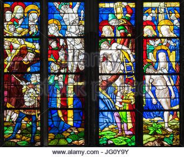 Frankreich, Normandie, Seine-Maritime Abteilung, Rouen. Bunte Glasfenster im Inneren der Kathedrale Notre-Dame de - Stockfoto