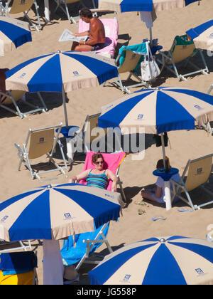 Der Strand von Sabaudia, Latina, Lazio, Italien. Ein schöner Strand ideal für Familien. Der Strand ist mit Sonnenschirmen - Stockfoto
