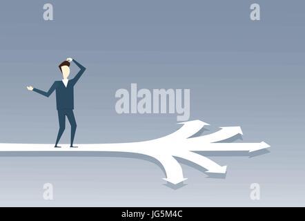 Business-Mann steht auf Kreuzung wählen Sie Richtung Weg Pfeil - Stockfoto
