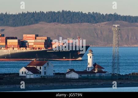 Containerschiff geht durch Punkt-Wilson Leuchtturm, Leuchtturm in Port Townsend, Washington.