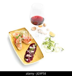 Bruschetta mit Parmaschinken und Wein. Microgreens auf gerösteten roten Rüben und Feta-Käse. Mikro Grüns, Diät und - Stockfoto