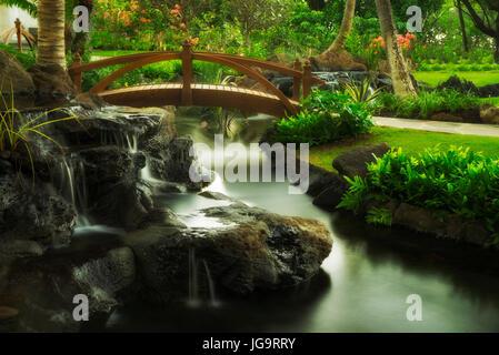 Brücke im Garten im Four Seasons Hotel. Ko Olina, Oahu, Hawaii - Stockfoto