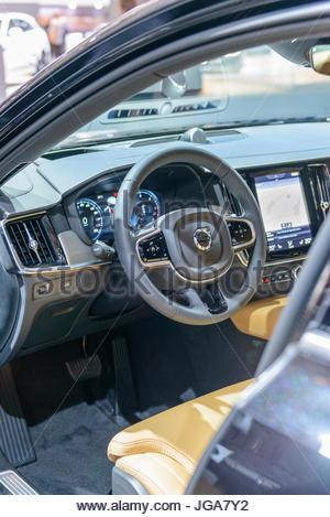Interieur und Armaturenbrett auf eine Luxus-Limousine Volvo S90. Der ...