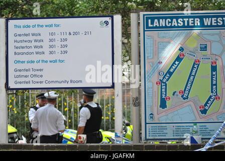 Lancaster West Sign Post, zeigt Grenfell Tower Position Grenfell Estate, London UK 19. Juni 2017. Kredit-Katherine - Stockfoto