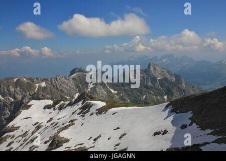 Sommer Szene in den Schweizer Alpen, Blick vom Mount Santis. - Stockfoto