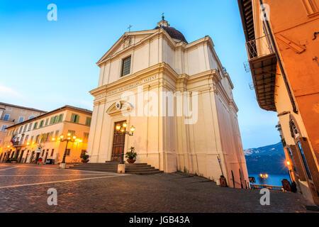 Collegiata di San Tommaso da Villanova am Hauptplatz in Castel Gandolfo, der Sommerresidenz des Papstes, Italien - Stockfoto