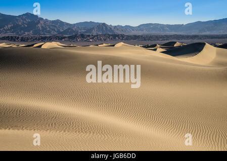 Die Mesquite Dünen befinden sich im Bereich Stovepipe Wells des Death Valley National Park in Kalifornien. - Stockfoto