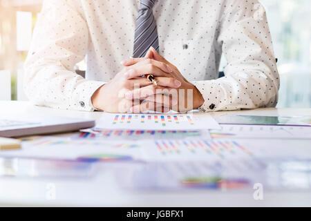 Arbeiten-Prozess starten. Geschäftsmann, arbeiten am Holz Tisch mit neuen Finanzprojekt. Moderne Notebook auf Tisch. Stift haltende hand