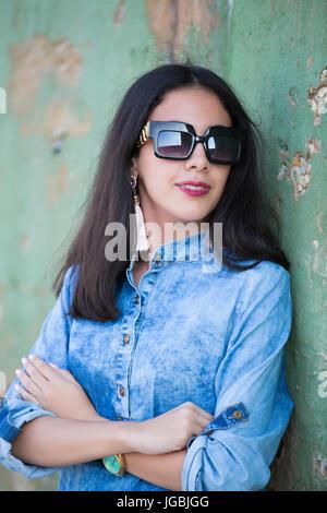 Schöne junge Frau mit Sonnenbrille wegschauen - Stockfoto