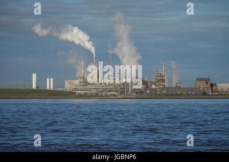 Rauch steigt aus der Industrie an den Ufern des Flusses Humber. UK - Stockfoto