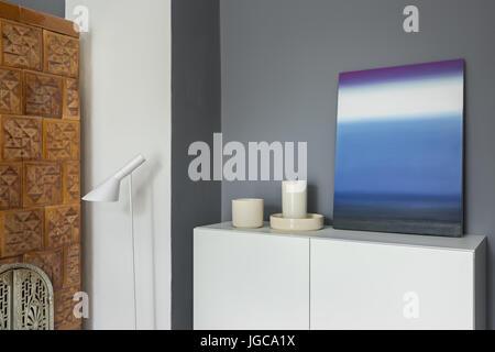 ... Modernem Design; Wohngebäude Mit Kachelofen, Weißen Schrank Und Moderne  Malerei   Stockfoto