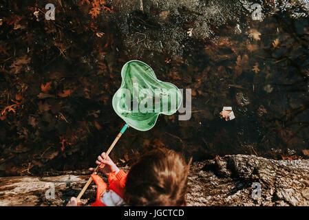 Mädchen von einem Teich sammeln Wasserwanzen - Stockfoto