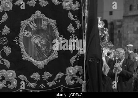 Büßer, Nazarenos, in ihren typischen Kapuzen Roben während der Feierlichkeiten der Semana Santa, die Karwoche, Prozession, - Stockfoto