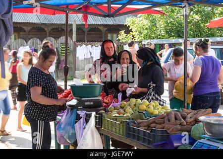 Frauen in einem Außenbereich Obst und Gemüse Markt in der maramures Region, Rumänien - Stockfoto
