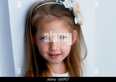 Reizendes Mädchen mit langer Asche-blonde Haare, lebhafte blaue Augen und ein eingeklemmter Nase, Lünette, handgefertigt