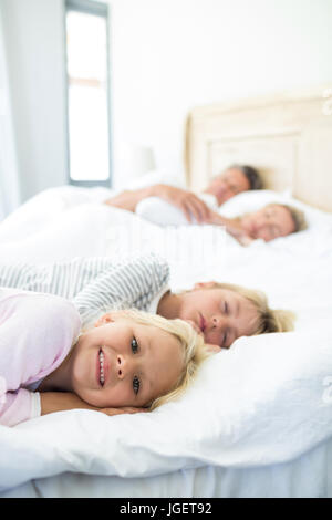 Familie schlafen auf Bett im Schlafzimmer zu Hause - Stockfoto