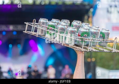 Montreal, 6. Juli 2017: close-up von einem Tablett mit Bier vor einem live Performace bei Montreal Jazz Performance - Stockfoto