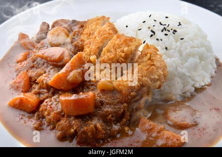 Reis mit tiefen gebratenes Schweinefleisch und Curry im japanischen Stil oder Katsu Kare in weißer Teller fertig - Stockfoto