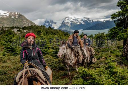 Bagualeros, Cowboys, die wilden Tiere, auf einer Expedition mit ihren Hunden zu erfassen. - Stockfoto