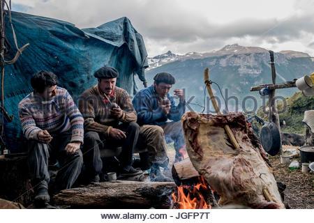 Bagualeros oder Cowboys, die wilden Tiere erfassen grillen Fleisch von einem wilden Tier und Mate-Tee zu trinken. - Stockfoto