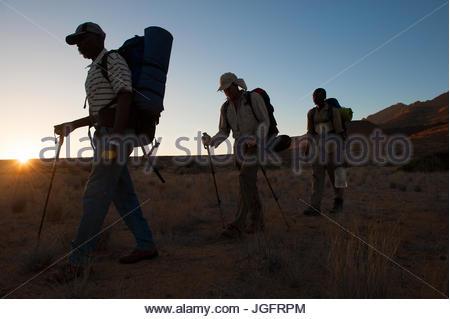 Ein Journalist geht mit seinem Führer durch eine namibische Tal. - Stockfoto