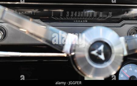 Armaturenbrett Tacho eines Jahrgangs Dodge Dart - Stockfoto