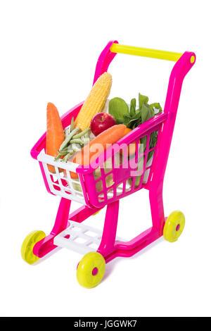 Ein Spielzeug-Trolley mit Gemüse in isolierten weißen Hintergrund. - Stockfoto