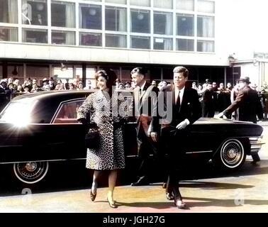 US-Präsident John f. Kennedy und Jacqueline Kennedy verlassen ein Automobils, 1961. Höflichkeit Abbie Zeile/National - Stockfoto