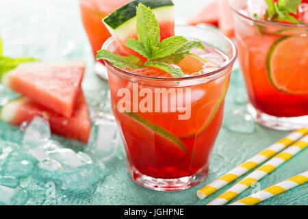 Erfrischendes Sommergetränk mit Wassermelone - Stockfoto
