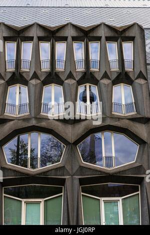 Berlin, Deutschland - 14. April 2017: Moderner Block von Wohnungen und Büros mit dem reflektierten Fernmeldeturm - Stockfoto