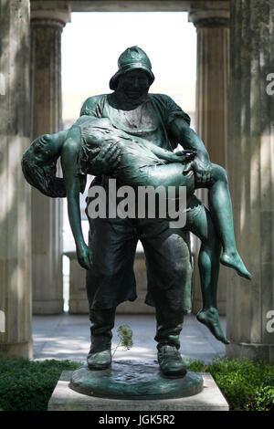 """Berlin, Deutschland - 6. Juli 2017: Der Fischer 'Eindrücklich' (die Fisher """"gerettet"""") Statue am alten Museum Garten, - Stockfoto"""