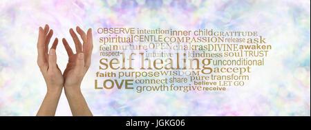 Selbst Heilung Wortwolke - weibliche hohlen Hand nach oben auf einem dezenten Pastelltönen bunten Bokeh Hintergrund - Stockfoto