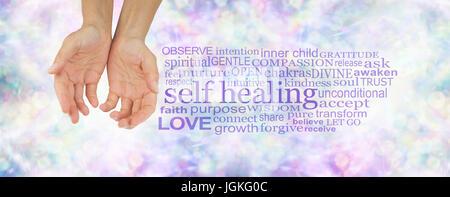 Self Healing Wortwolke - weibliche Hände in hohlen Position auf einem dezenten Pastelltönen bunten Bokeh Hintergrund - Stockfoto