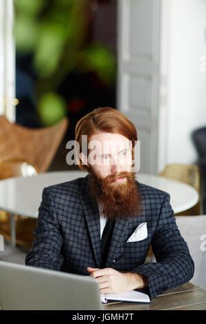 Nachdenklich Geschäftsmann dachte an neuen Ideen im café - Stockfoto