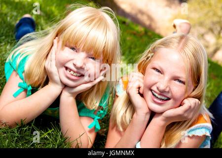 Porträt von zwei Schwestern, lachen und Spaß haben. - Stockfoto