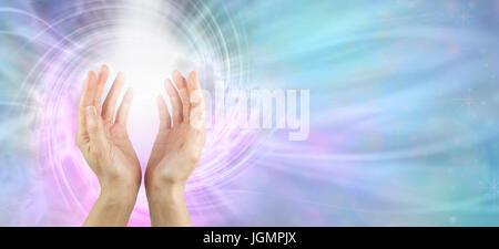 Kanalisierung Vortex Heilenergie - weibliche Hände erreichen Sie mit weißen Energie Wirbelbildung und rosa blau - Stockfoto