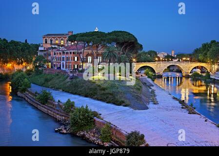 Die Insel des Tiber (Isola Tiberina) eines der weltweit die kleinste bewohnte Inseln, Rom, Italien - Stockfoto