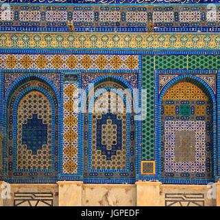 Detailansicht der bunten Mosaiken auf der Haube des Felsens, auf dem Tempelberg (Mount Moriah), Jerusalem, Israel. - Stockfoto