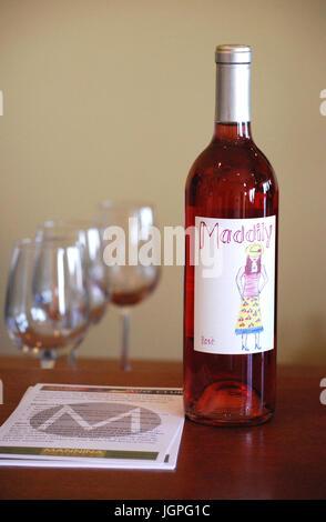 Weinprobe Maddily stieg in Mannina Keller in Walla Walla, WA. USA - Stockfoto