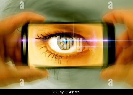Auge einer Frau in einem Kamera-Handy Gawker - Stockfoto