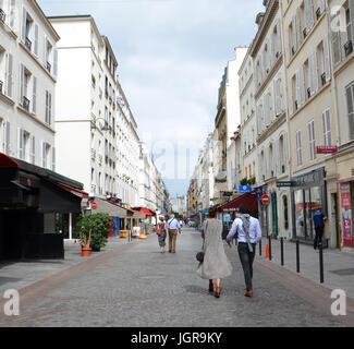 PARIS - AUG 8: Menschen auf einem Ziegelstein-Straße in Paris, Frankreich am 8. August 2016. - Stockfoto