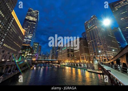 Stadtbild von Chicago Downtown bei Nacht - Stockfoto