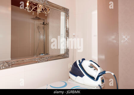 https://l450v.alamy.com/450vde/jgrbmk/dampfbugeleisen-dampfer-mit-bugelbrett-im-modernen-badezimmer-interieur-jgrbmk.jpg