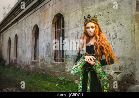 Porträt einer schönen rothaarige Frau im grünen mittelalterlichen Kleid - Stockfoto