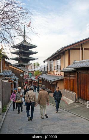 Kyoto, Japan - Touristen zu Fuß auf einer Straße zur Yasaka Pagode