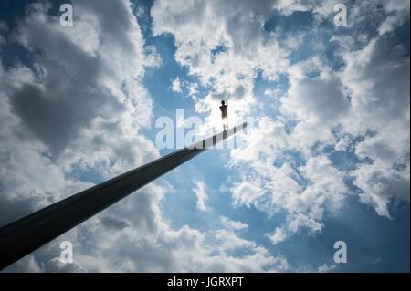 14 der Documenta in Kassel: Himmelsstuermer, Mann zu Fuß in den Himmel, Skulptur von Künstler Jonathan Borofsky, - Stockfoto