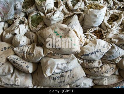 Taschen von getrockneten Kräutern in eine traditionelle Drogerie, Gorno-Badakhshan autonome Region, Khorog, Tadschikistan - Stockfoto