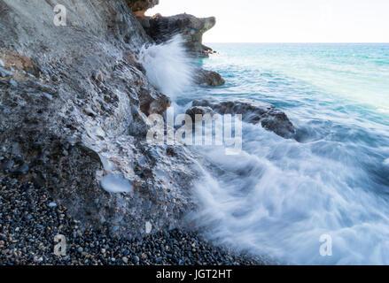 Langzeitbelichtung Wellen gegen Felsen. - Stockfoto