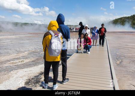 Menschen posieren für das Foto auf der Promenade in der Nähe von Grand Bildobjekte Frühling, Midway Geyser Basin, - Stockfoto